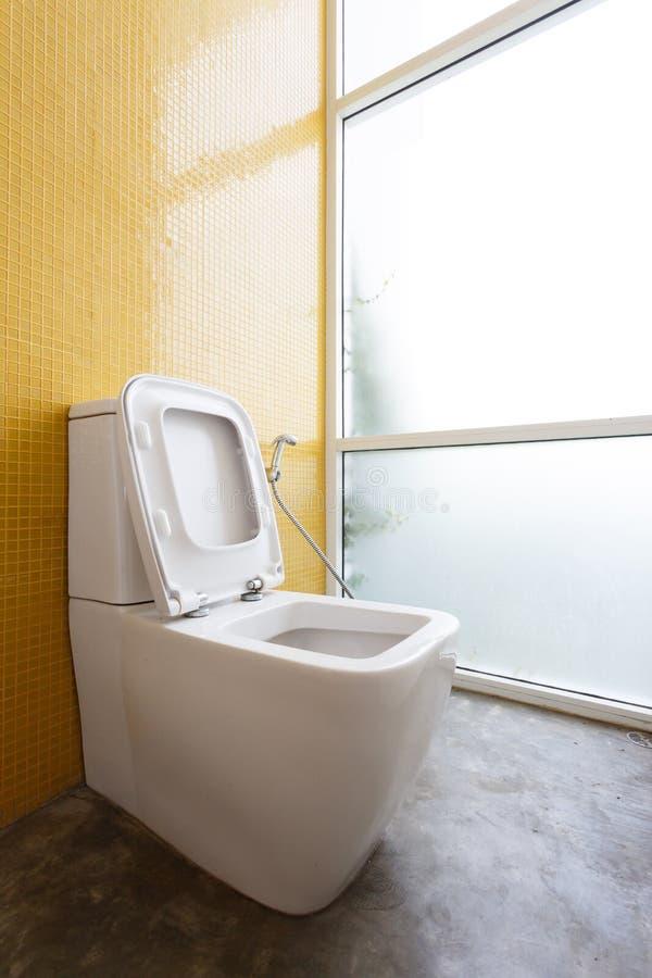 Vit slät garnering för toalett- och gulingväggmosaik royaltyfri fotografi
