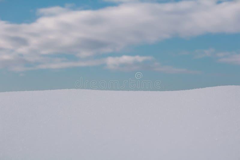 Vit snö med molnig himmel, förbereder sig för produktplacering arkivfoton
