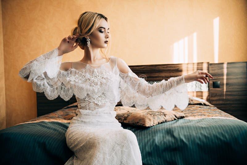 Vit snör åt klänningen royaltyfria foton