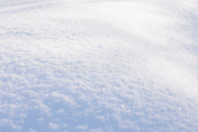 Vit snötexturbakgrund med bokeh Stäng sig upp av ny ren snö med blåa skuggor Selektivt fokusera arkivfoto
