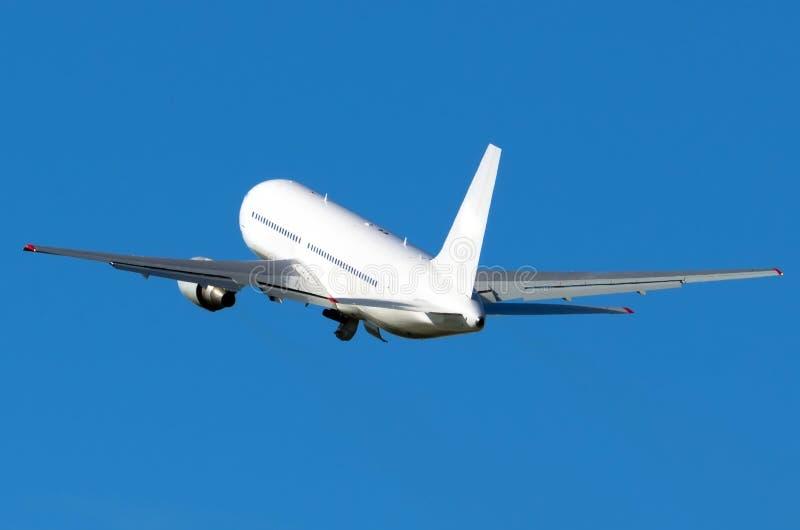Vit sned boll-förkroppsligat flygplan tar av in i den blåa himlen royaltyfri bild