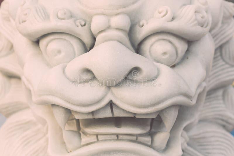 Vit ställning för marmorlejonstaty i den kinesiska templet, Thailand arkivfoton