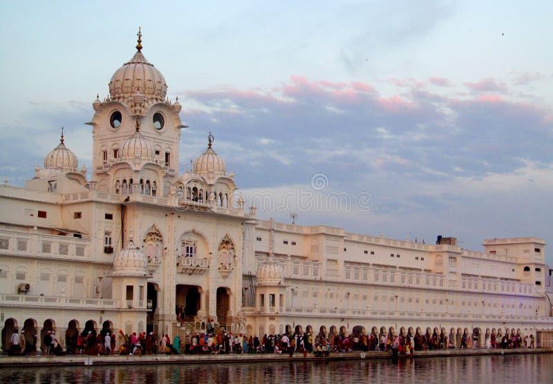 Vit står högt nära den guld- templet Amritsar, Indien royaltyfri fotografi