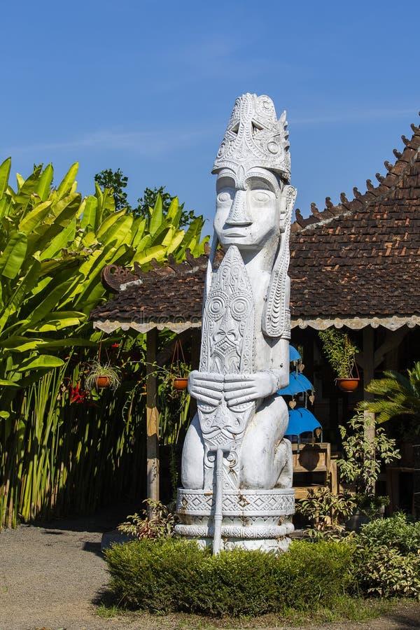 Vit staty för Balinese av anden bredvid huset bali indonesia royaltyfri fotografi