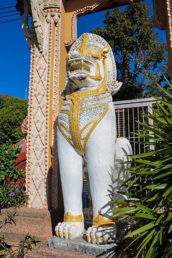 Vit staty Qilin för asiatisk mytologisk vakt i thailändsk tempel royaltyfria bilder