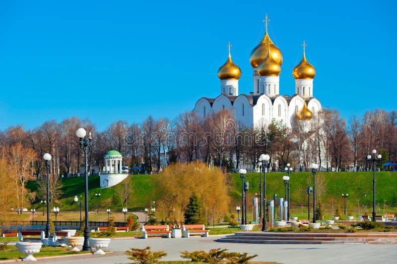 Vit-sten domkyrka med guld- kupoler royaltyfri foto