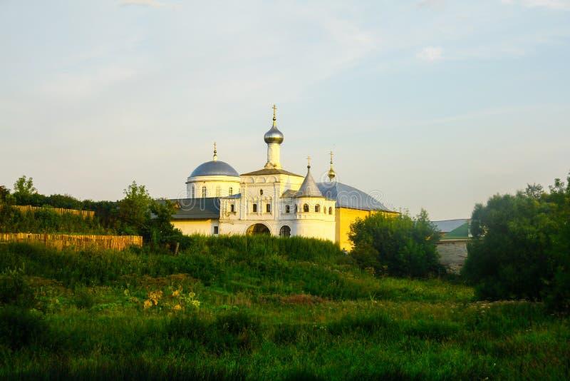 Vit stenar domkyrkan på kullen arkivbilder