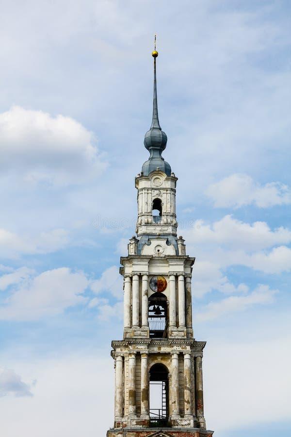 Vit stenar kapellet mot den blåa himlen arkivbild
