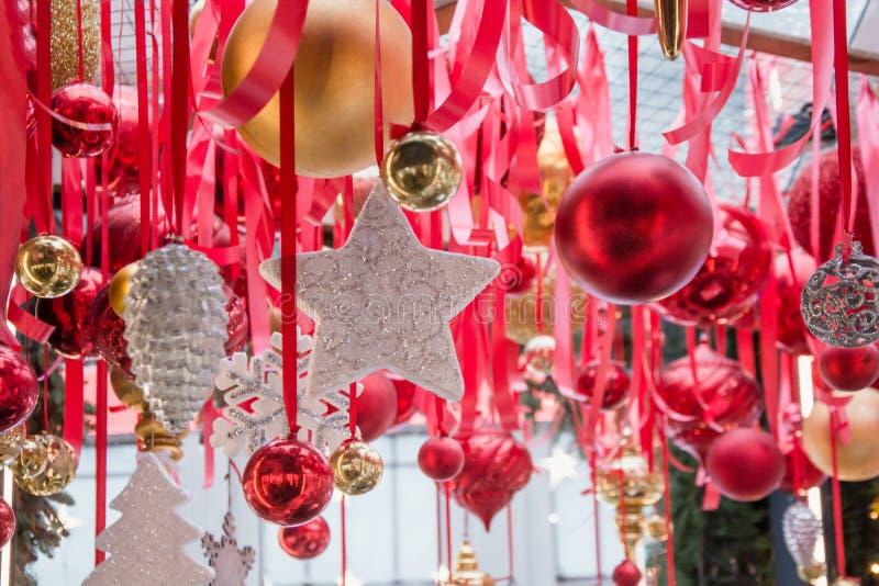 Vit stjärna för jul som hänger på röda band i den ganska kiosket för seminarium och försäljning handcrafted xmas-gåvor utomhus royaltyfri foto
