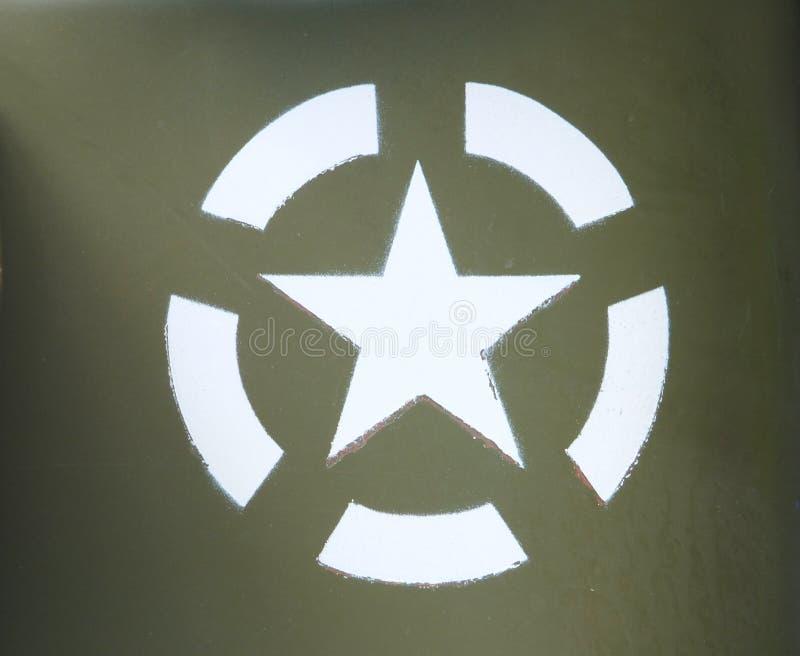 Vit stjärna för USA-armé i en invasioncirkel som stencileras på en olivgrön grön målad militärfordon royaltyfria bilder