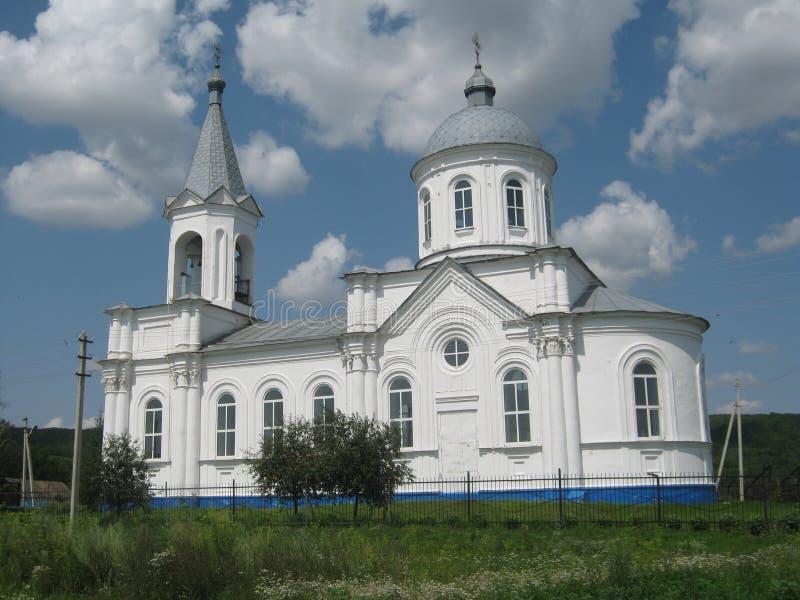 Vit stor ortodox kyrka i byn av den Byki Kursk regionen royaltyfri fotografi