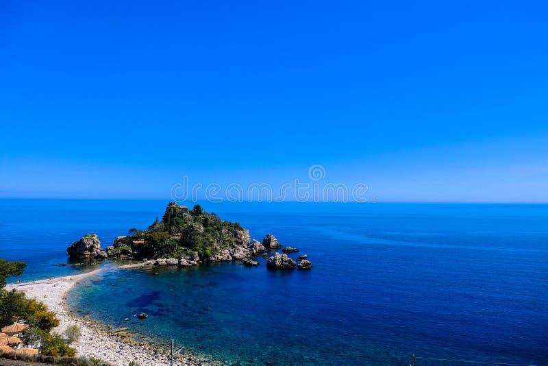 Vit strandShoreline nära Gray Rocks Under Blue Sky under dag royaltyfria bilder