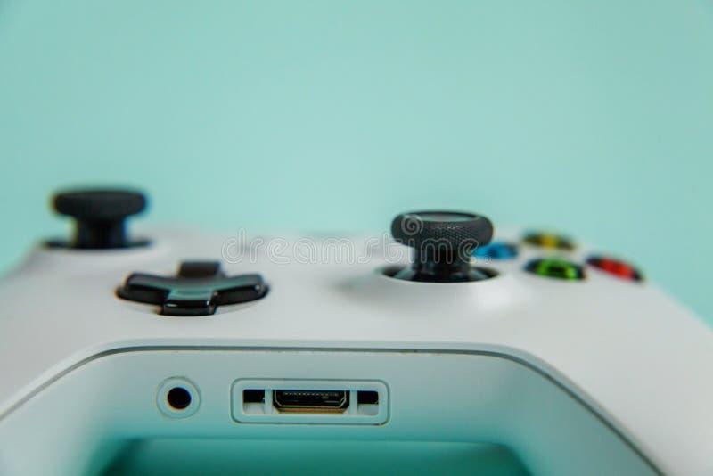 Vit styrspakgamepad, modig konsol på blå färgglad moderiktig modern modeutvikningsbildbakgrund Dator som spelar konkurrens fotografering för bildbyråer