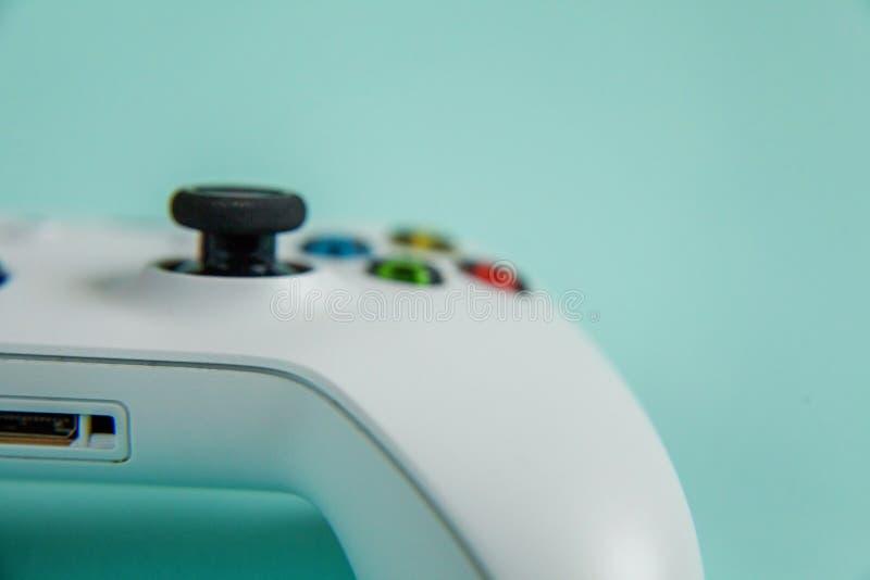 Vit styrspakgamepad, modig konsol på blå färgglad moderiktig modern modeutvikningsbildbakgrund Dator som spelar konkurrens royaltyfria bilder