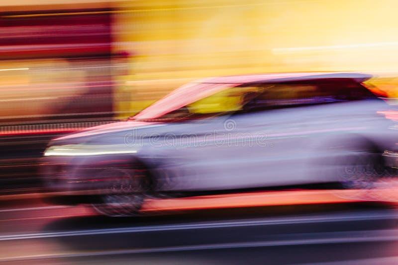 Vit SUV bil i en suddig stadsplats arkivfoton
