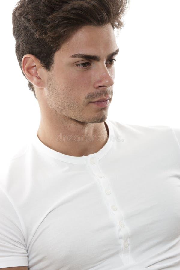 Vit t-skjorta för grabb som framåt/tänkande man ser royaltyfri fotografi