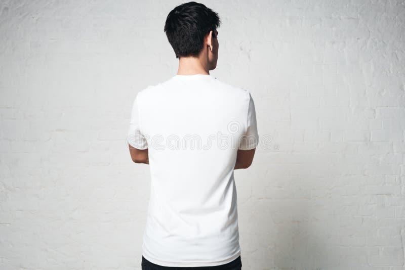 Vit t-skjorta för ung grabbblanko, tillbaka sida, horisontalstudio p royaltyfri foto