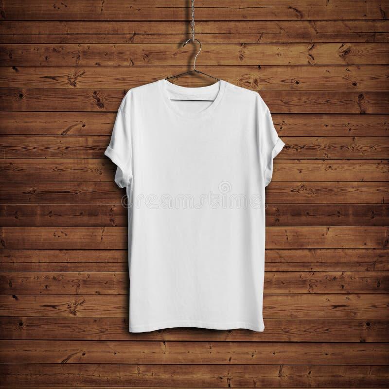 Vit t-skjorta på den wood väggen
