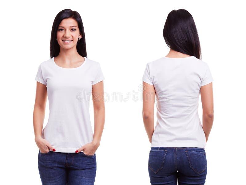 Vit t-skjorta på en mall för ung kvinna royaltyfri foto