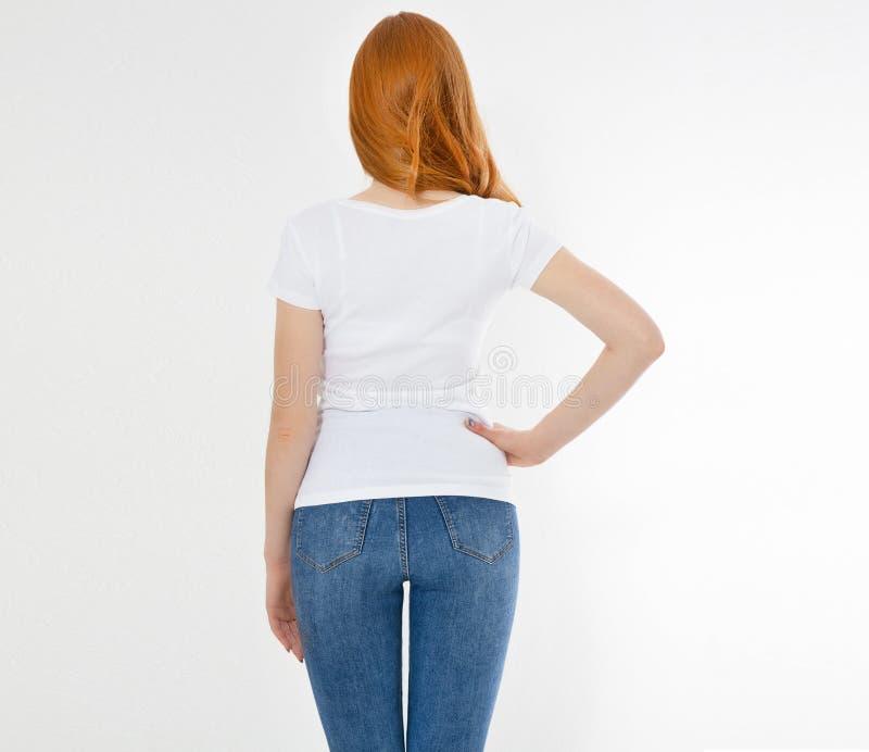 Vit t-skjorta p? en le flicka: tillbaka sikt R?d h?rkvinna med tom tshirt?tl?je upp royaltyfria bilder