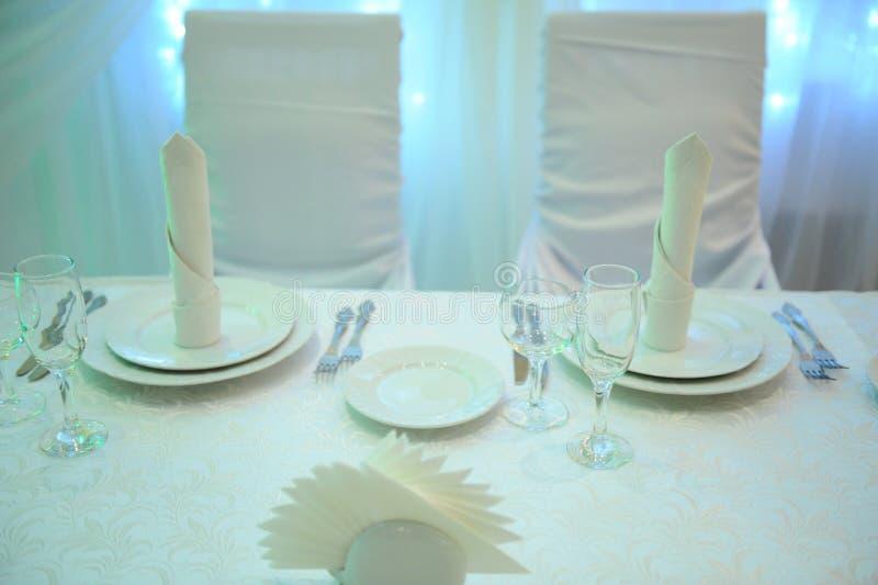 Vit tabelldekor för nygifta personerna i restaurangen Panelljus Hjärtagardin royaltyfri bild