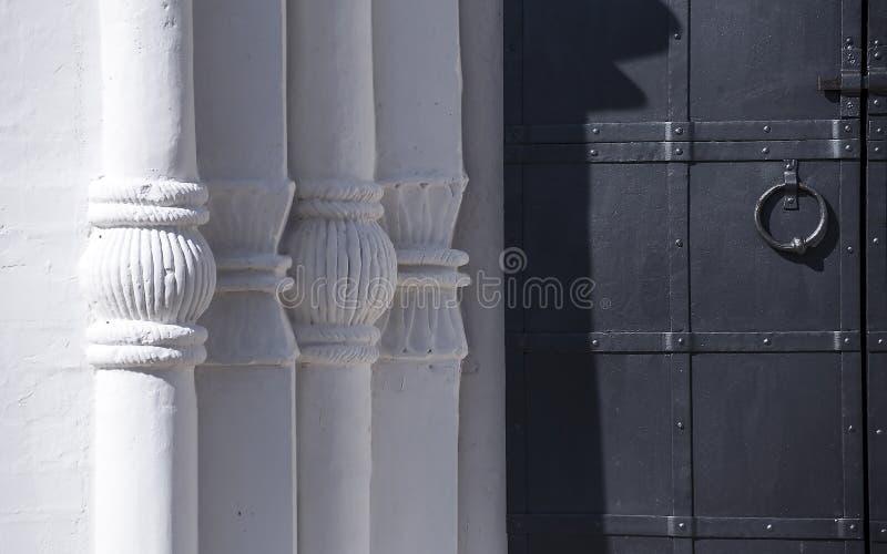 Vit tegelstenpärlor och järndörr royaltyfri fotografi