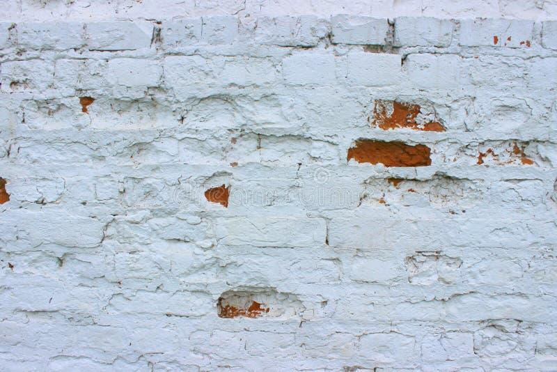 Vit tegelstenvägg, grungetexturbakgrund Texturen av den gamla tegelstenväggen är målat vitt med målarfärg arkivbilder