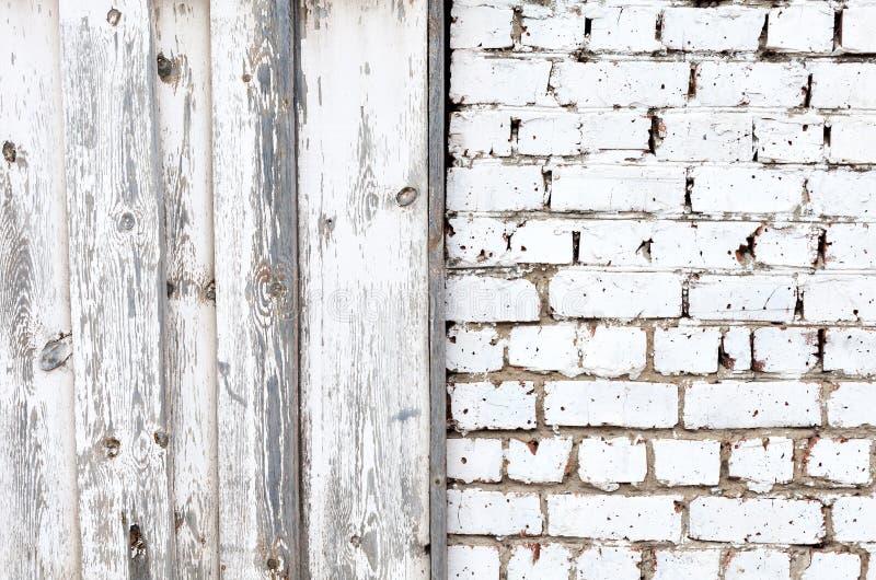 Vit tegelstenvägg och träplankor royaltyfria foton