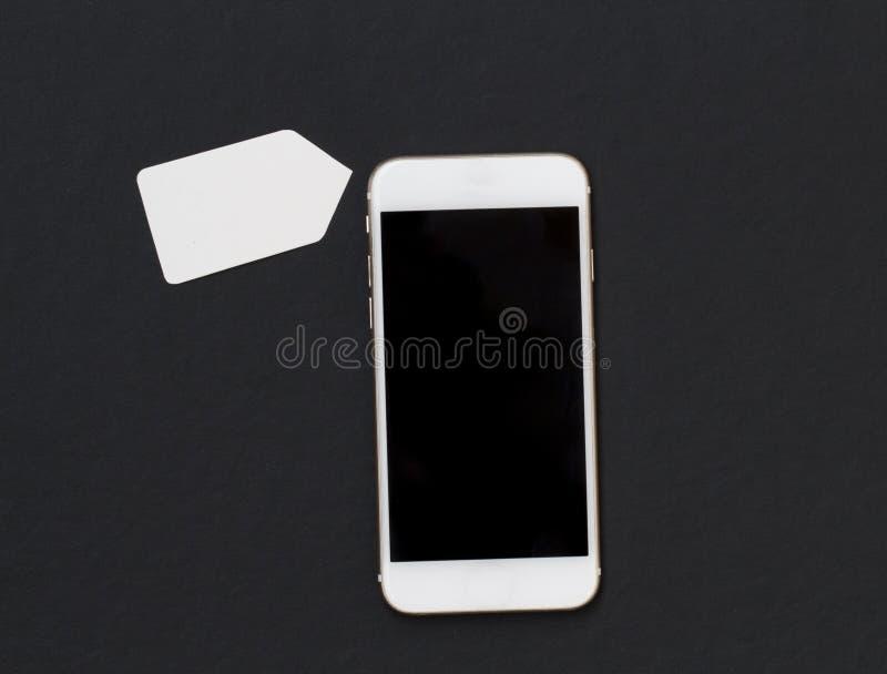 Vit telefon med den tomma prisetiketten på svart bakgrund Smartphone med den svarta skärmbanermallen fotografering för bildbyråer