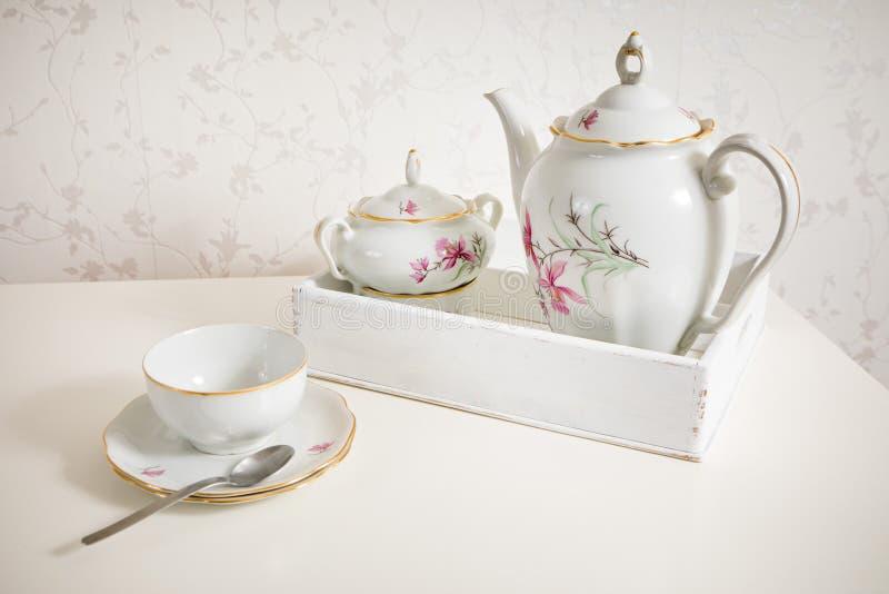 Vit teservis på den vita byrån som är klar för bruk Starta en morgon med kopp te eller kaffe royaltyfri foto
