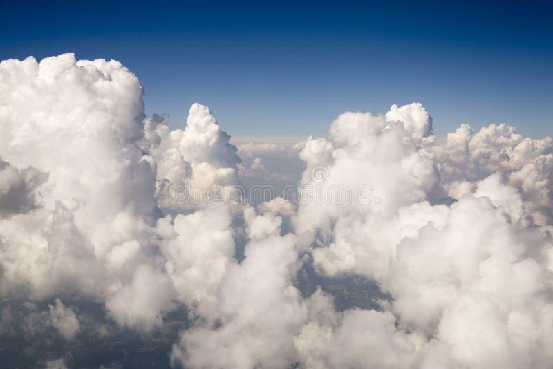 Vit texturerade moln royaltyfria foton