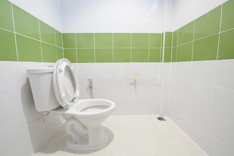 Vit toalettbunke royaltyfria foton