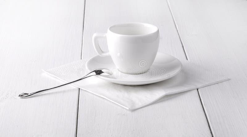 Vit tom kopp kaffe på en vit servett fotografering för bildbyråer