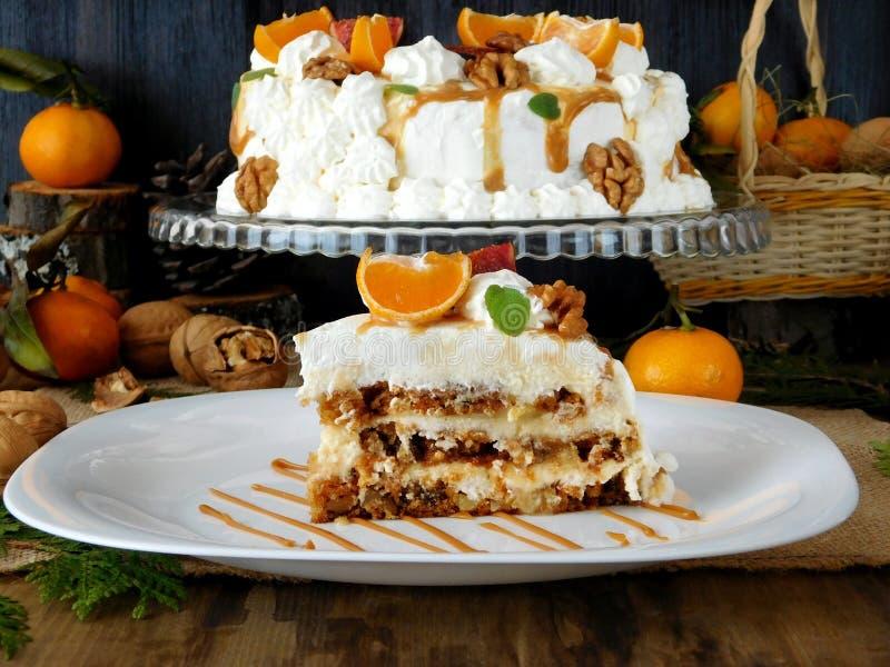 Vit torte som dekoreras med den piskad kräm, mandariner, fikonträd, valnöten och karamell royaltyfri fotografi