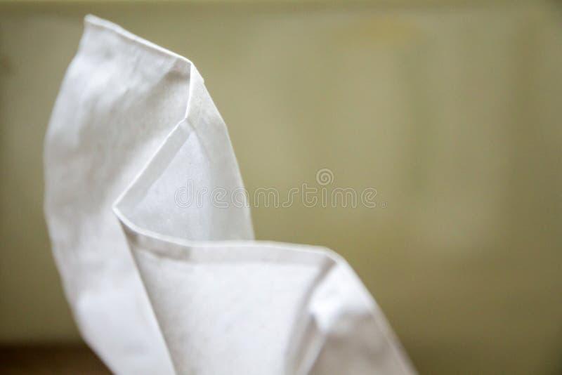 Vit towelette på grön bakgrund arkivfoto