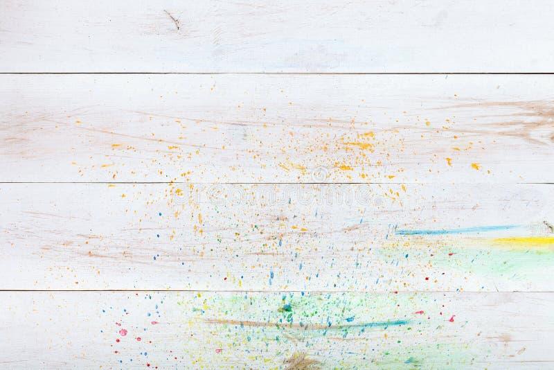 Vit träbakgrund med målarfärgfärgstänk, för tabellskrivbord för idérikt trä tomt tomt bräde för planka Vattenfärgkonstnärbakgrund arkivfoto