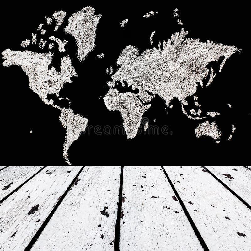 Vit trägolv och översikt av världen på det svarta kritabrädet för royaltyfria bilder