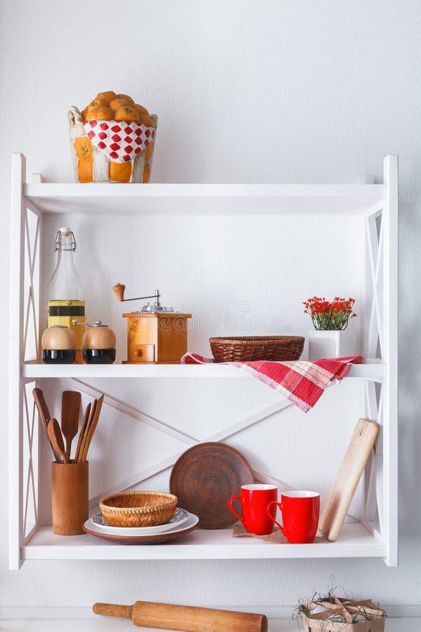 Vit trähylla, lantligt möblemang för kök fotografering för bildbyråer