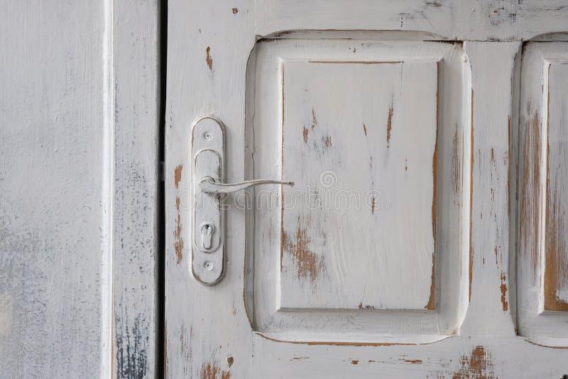 Vit träingångsdörr med dörrhandtaget Målarfärgen på gör royaltyfria foton
