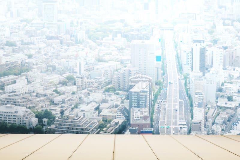 Vit träräknare med tokyo stadsbakgrund royaltyfri fotografi