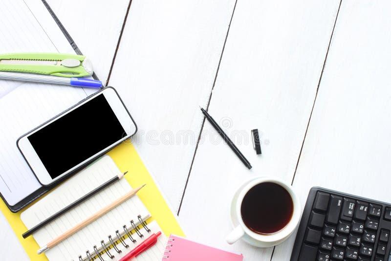 Vit träskrivbordtabell för bästa sikt med tangentbordsmartphonesuppli arkivfoto