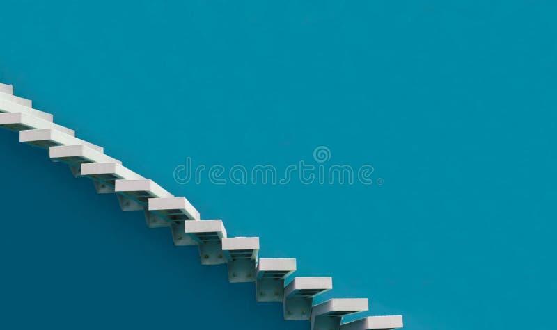 Vit trappuppgång på blå bakgrund royaltyfri foto