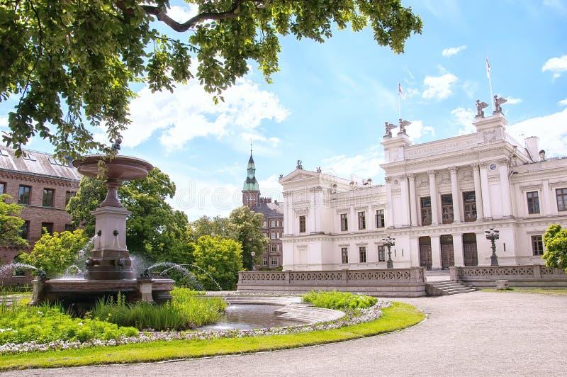 Vit universitetbyggnad i Lund royaltyfri bild