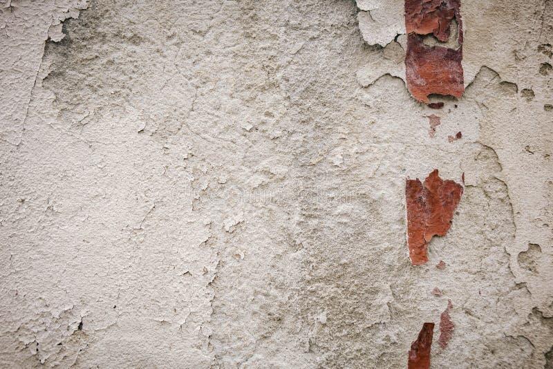 vit vägg, detalj av ett övergett och smula rött band för vägg fotografering för bildbyråer