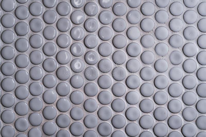 Vit vägg för keramisk tegelplatta med många liten rund unik modell Den bästa sikten av badrumväggtegelplattan är en rund knappteg fotografering för bildbyråer