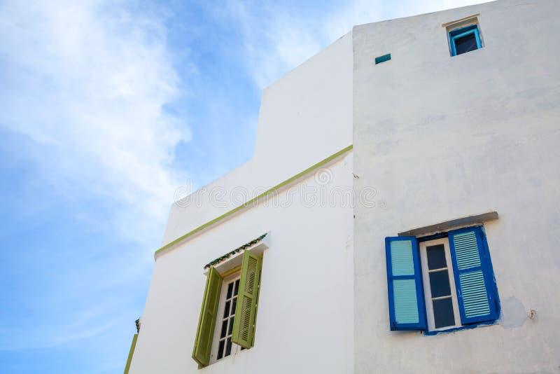 Vit vägg med fönster och blå himmel arkivfoton