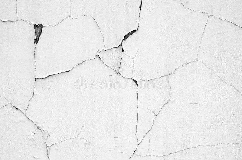 Vit vägg med sprickor arkivfoto