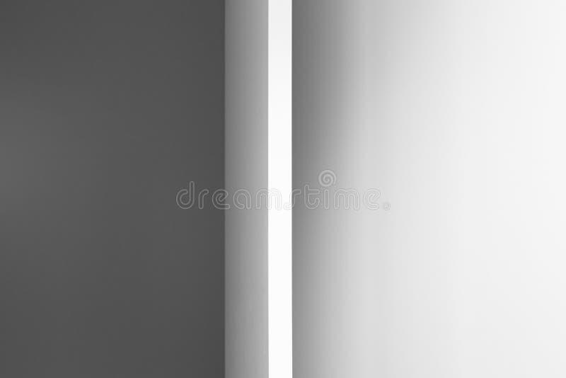 Vit vägg och öppen dörr med en korridor bakom arkivbilder