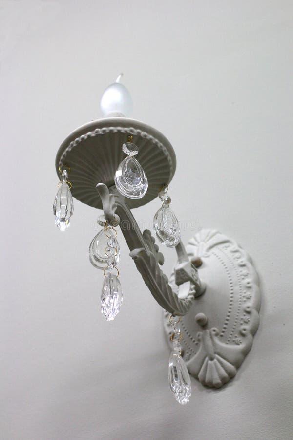 Vit vägglampett för lampa på väggen med hängeexponeringsglas royaltyfria bilder