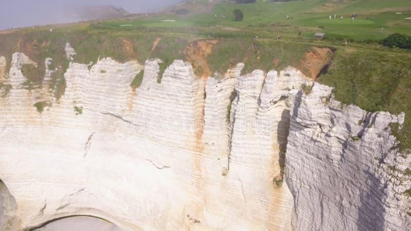 Vit vaggar med b?gen och dimmig kusthandling B?sta sikt av pittoresk panorama av den kust- klippan som f?rdjupas i ljus dimma p? arkivfoto